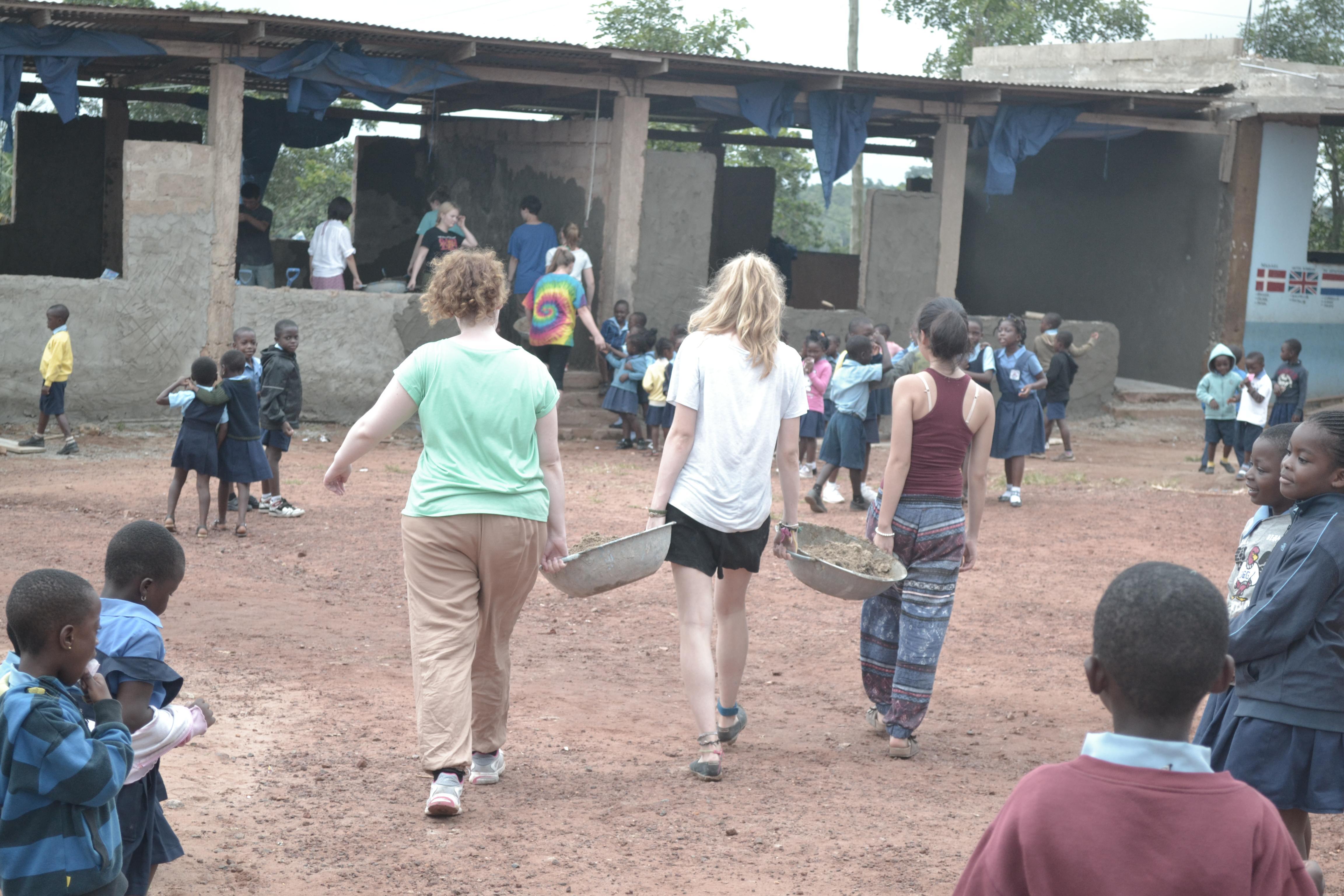 En nuestro voluntariado para ayudar a niños en Ghana, voluntarias realizando labores de renovación en un centro de cuidado.